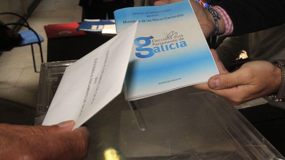 Foto: Un hombre ejerce su derecho al voto en colegio electoral de Santiago de Compostela en las elecciones autonómicas gallegas (EFE)