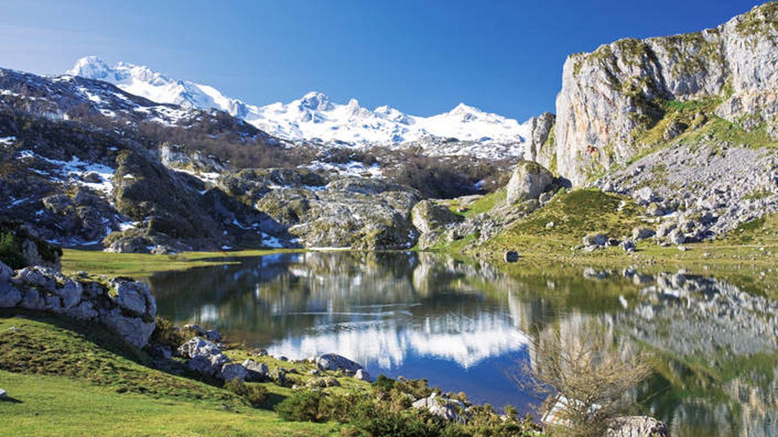 Foto: Cumbres y lagos (como el Ercina), belleza en las alturas de los Picos de Europa. (Foto: Turismo de Asturias)