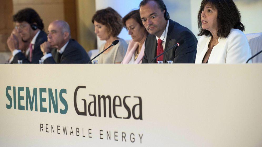 Foto: Markus Tacke, consejero delegado de Siemens-Gamesa (2d), y Rosa García (d), presidenta del Consejo de Administración, presidien la junta de accionistas del grupo. (EFE)