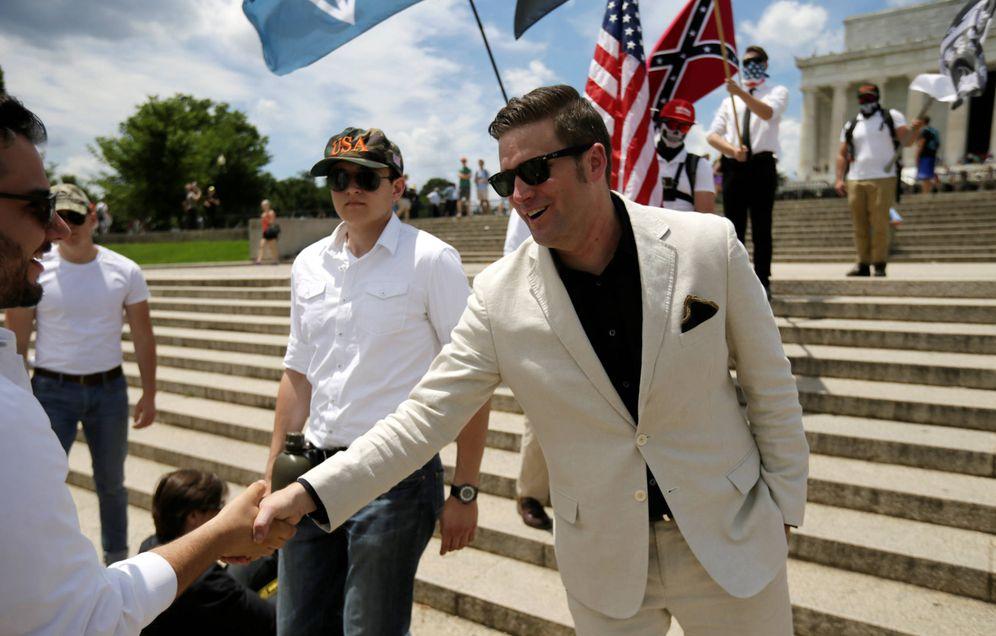 Foto: El líder supremacista Richard Spencer saluda a simpatizantes durante una manifestación de la 'alt-right' en Washington. (Reuters)