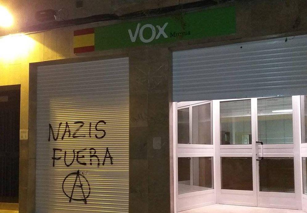 Foto: Pintadas en la sede de Vox.