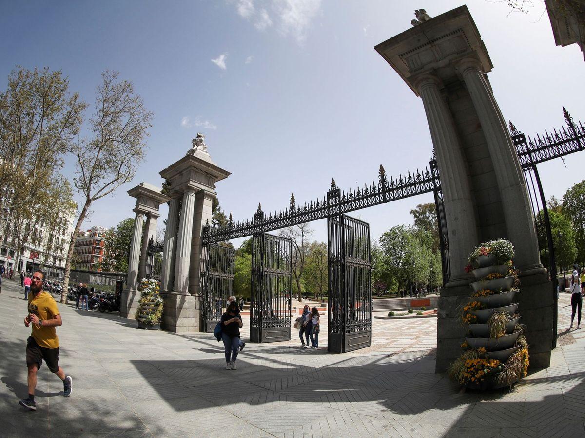 Foto: Madrileños acceden al interior del Parque de El Retiro de Madrid. (EFE)
