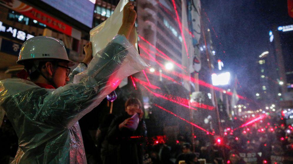 Foto: Manifestantes en Hong Kong usan luz láser. (Reuters)