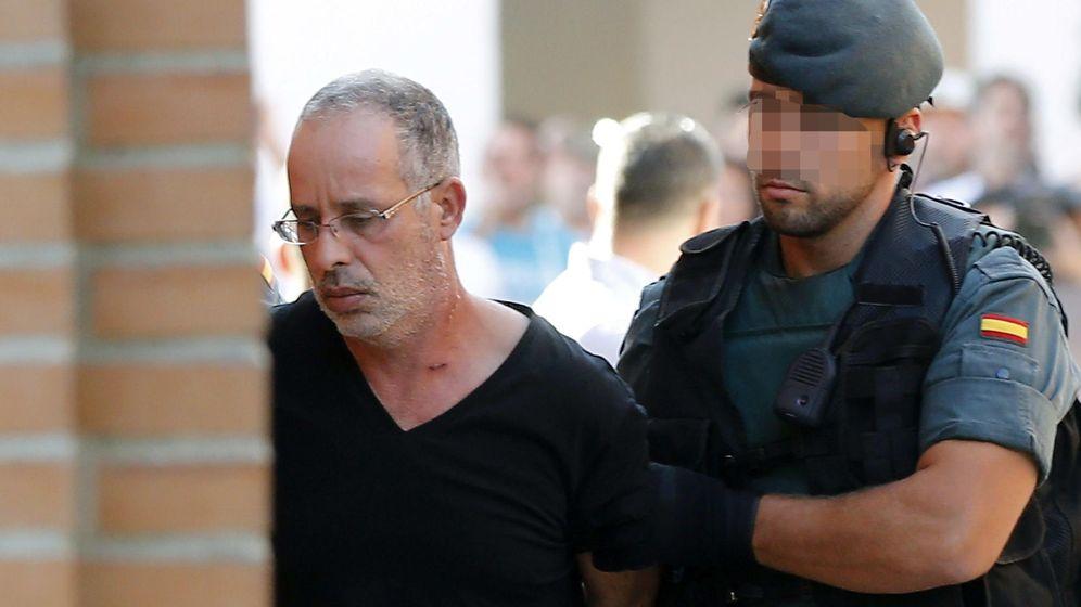 Foto: El presunto autor del asesinato de Eva Blances trasladado por un agente de la Guardia Civil al juzgado de instrucción número 4 de Torrejón de Ardoz. (Efe)