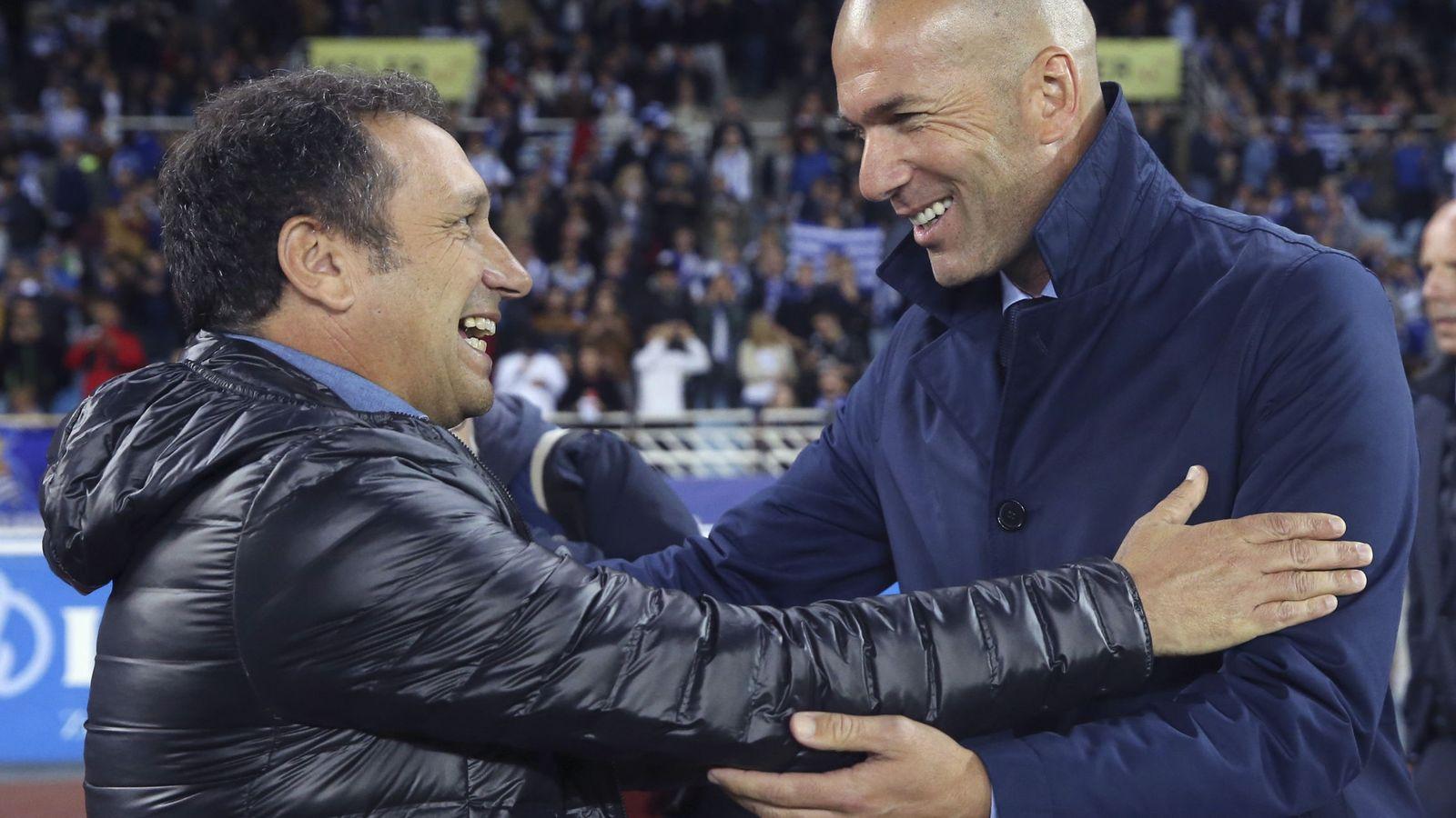 Foto: Eusebio y Zidane se saludan en Anoeta antes del Real Sociedad-Real Madrid de Liga. (EFE)