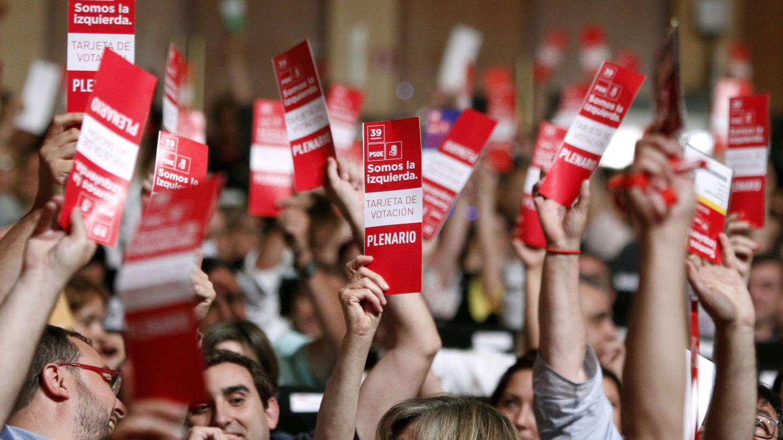 Delegados votan en el plenario del 39º Congreso del PSOE, el pasado 17 de junio. (EFE)