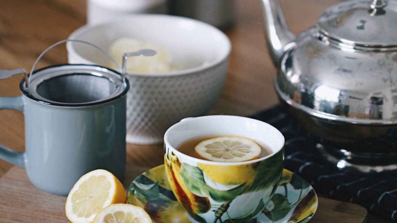 Se puede incorporar el limón al té. (Milada Vigerova para Unsplash)