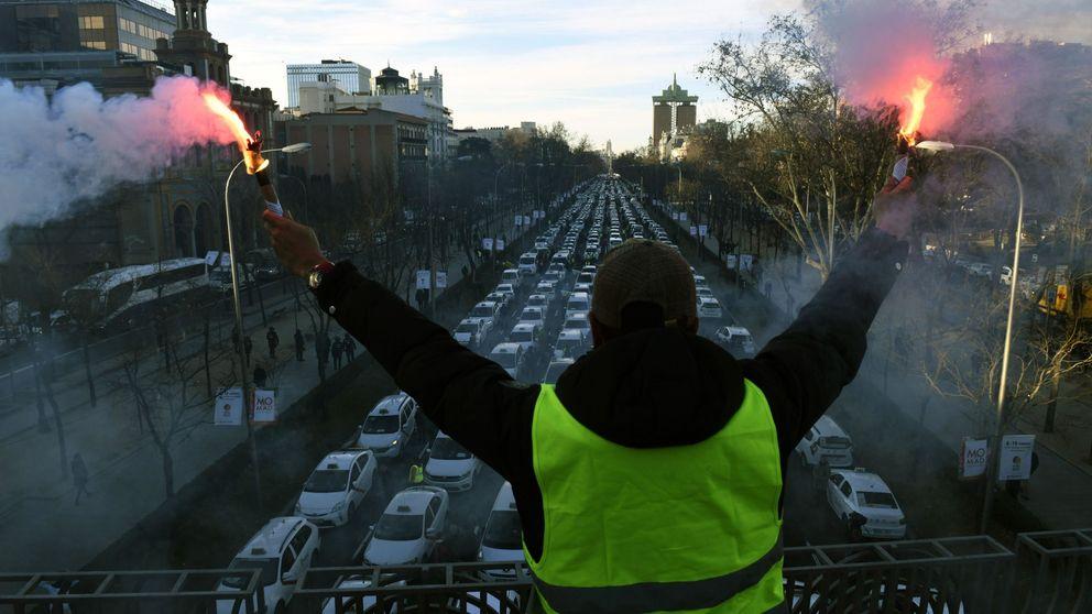 Huelga del taxi: 128 coches dañados en Madrid y uno de ellos quemado