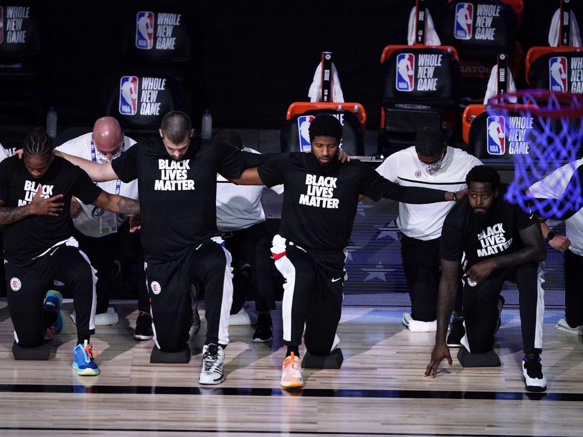 Foto: Los Angeles Clippers, momentos antes de comenzar un partido reciente. (Reuters)