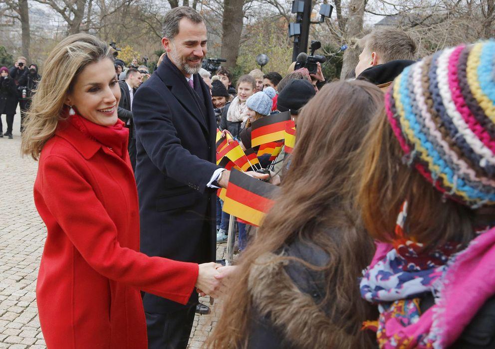 Foto: Los Reyes saludando a la gente que les esperaba (Gtres)