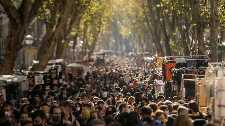 Compradores en la primera jornada de El Rastro, tras ocho meses cerrado. (Reuters)