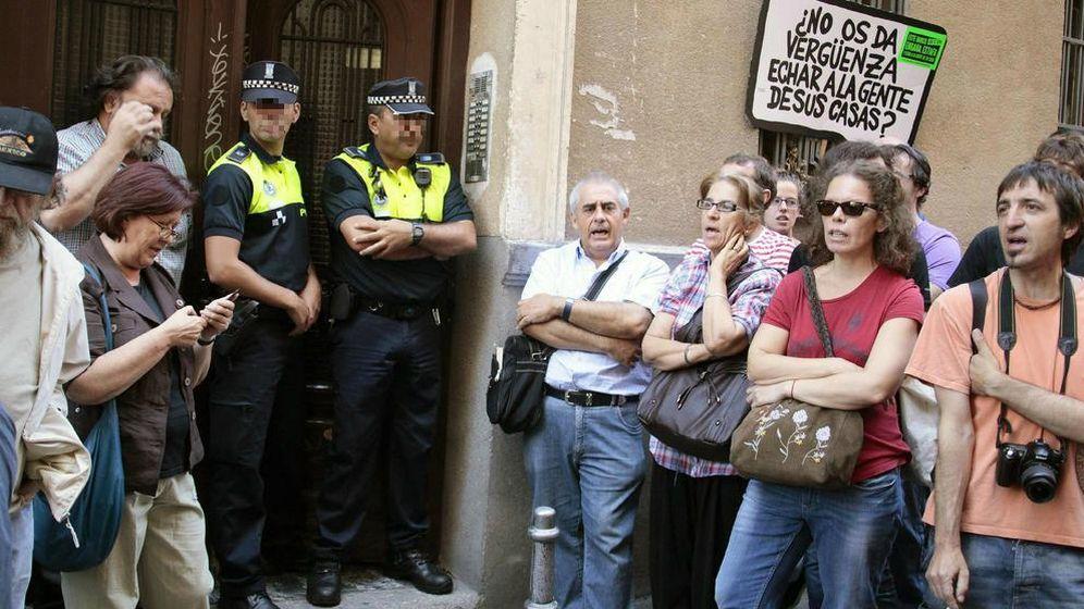 Foto: Dos policías participan en un desahucio en 2011. (EFE)