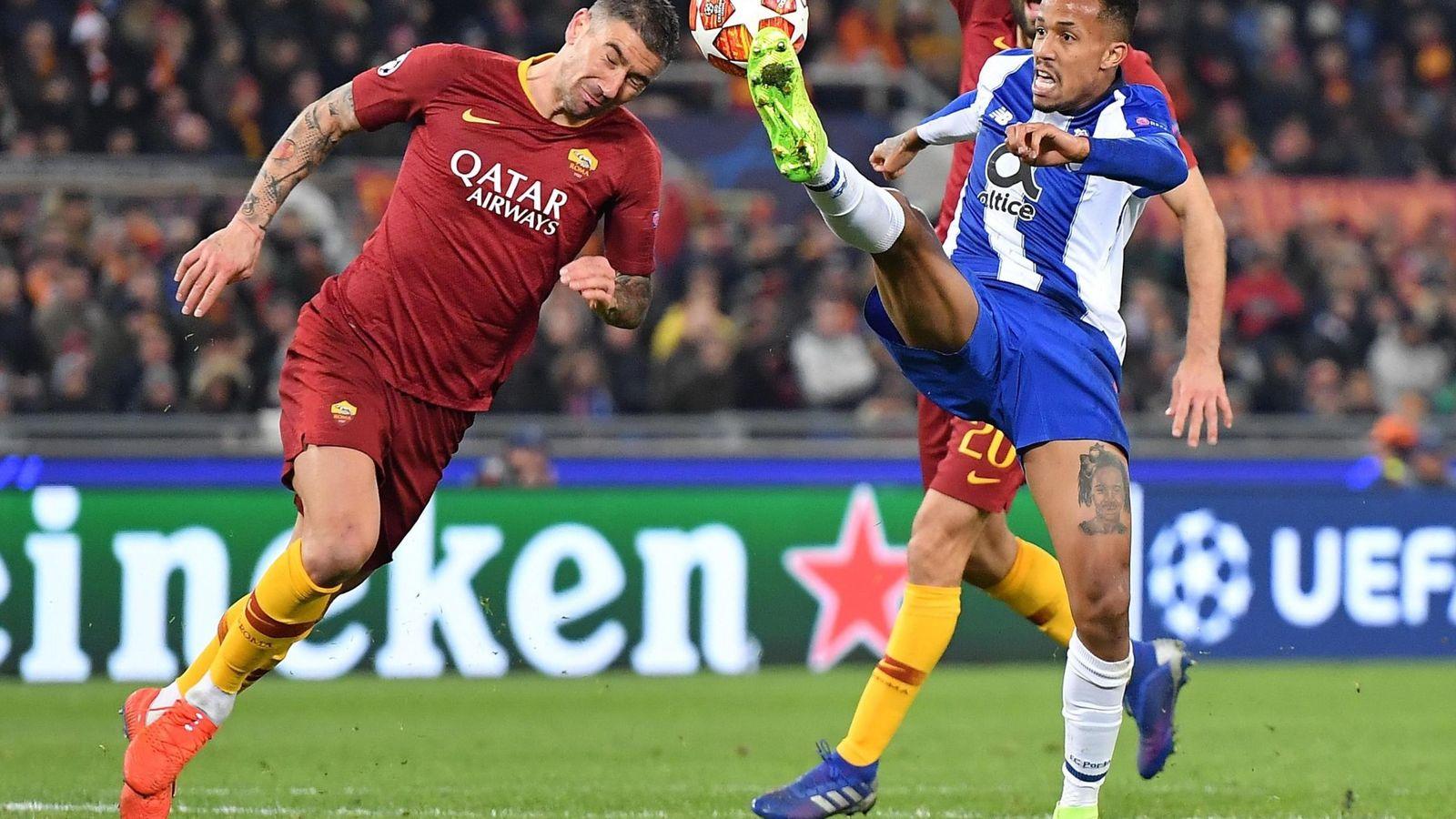 Foto: Eder Militao en la disputa de un balón durante el partido entre la Roma y el Oporto. (Efe)