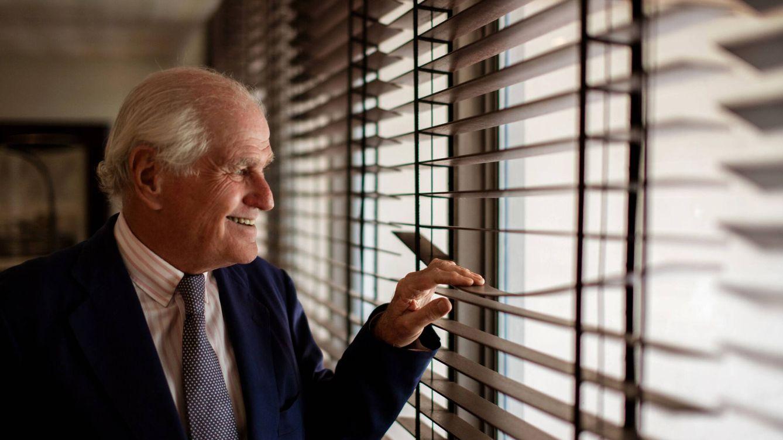 Foto: El abogado Ramón Calderón mira por la ventana de su despacho (Foto: Jorge Álvaro Manzano)