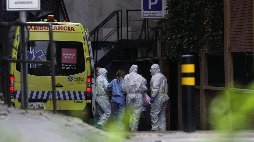 Foto: Una ambulancia en un hospital de Madrid con pacientes con coronavirus. (Reuters)
