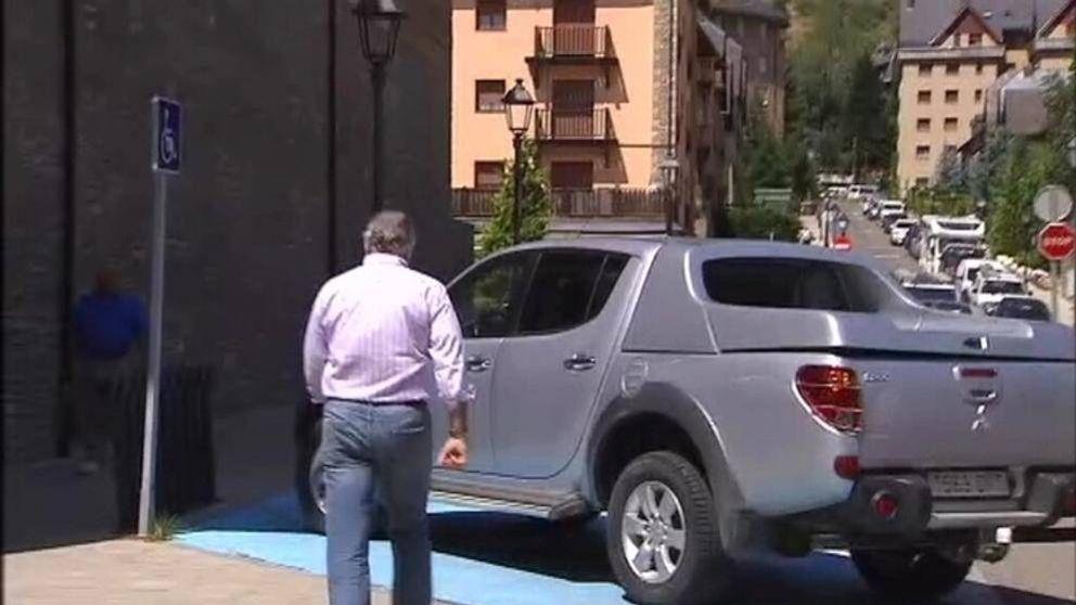 Bárcenas aparca en una plaza de discapacitados para firmar en el juzgado