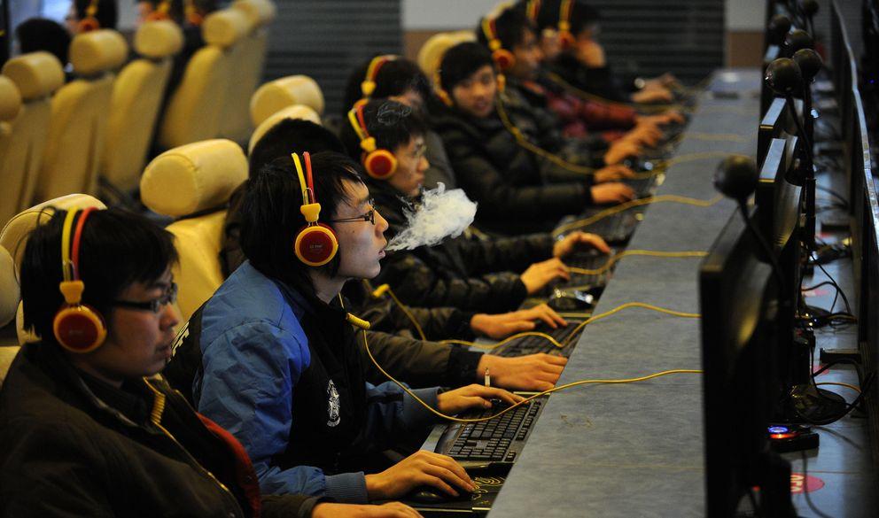 Foto: Un hombre fuma mientras navega por la red en un cibercafé de Taiyuán, en la provincia china de Shanxi. (Reuters)