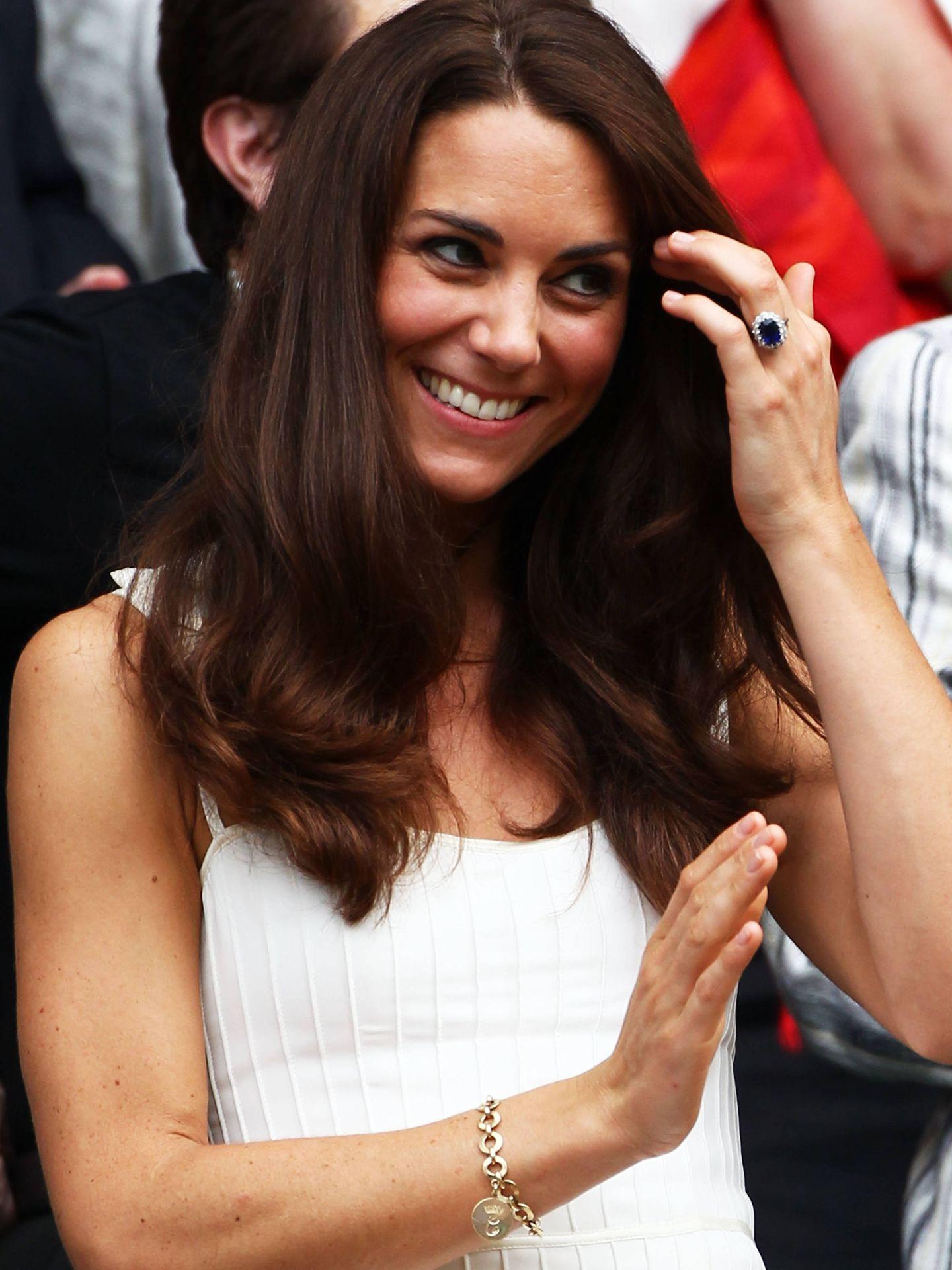 Kate Middleton, con la pulsera regalo de Camilla en 2011. (Getty)