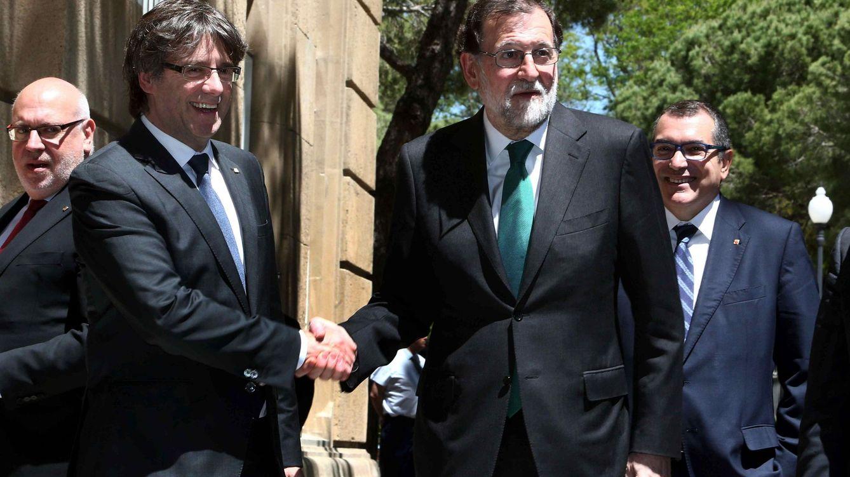 Foto: El president de la Generalitat, Carles Puigdemont, saluda al presidente del Gobierno, Mariano Rajoy (EFE)