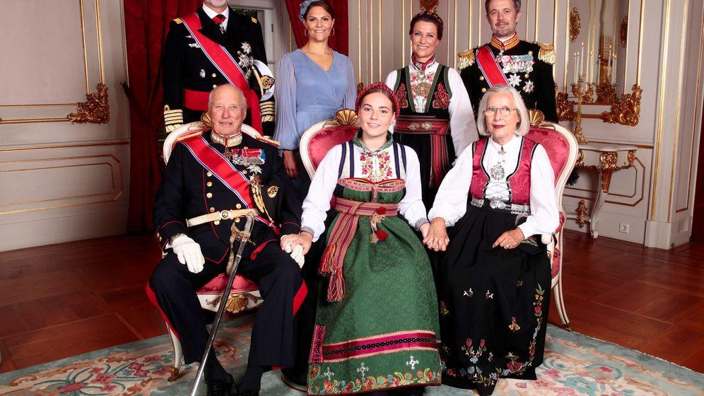 Foto: Ingrid Alexandra posa con sus padrinos, entre ellos Felipe VI. (Reuters)