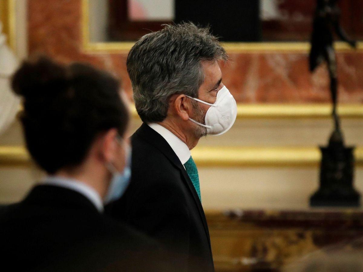 Foto: El presidente del CGPJ, Carlos Lesmes, (d), pasa ante el vicepresidente del Gobierno Pablo Iglesias. (EFE)