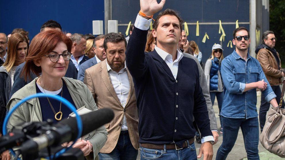 Rivera homenajea a las víctimas en el pueblo de Ternera entre la protesta nacionalista