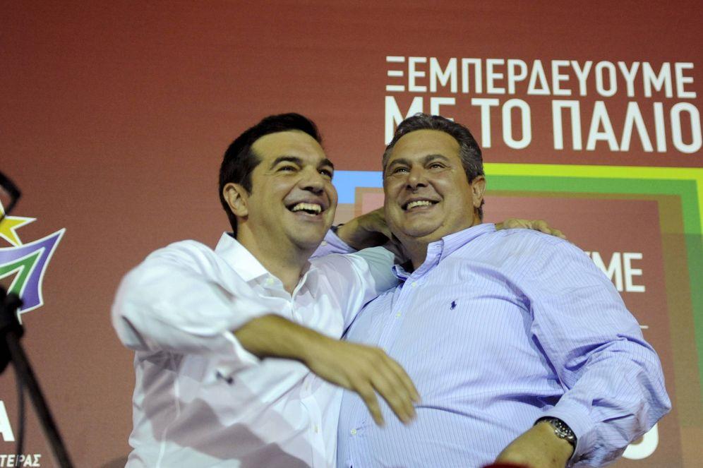 Foto: El primer ministro griego Alexis Tsipras abraza al líder de Griegos Independientes Pano Kammenos tras la victoria en las elecciones de septiembre de 2015. (Reuters)
