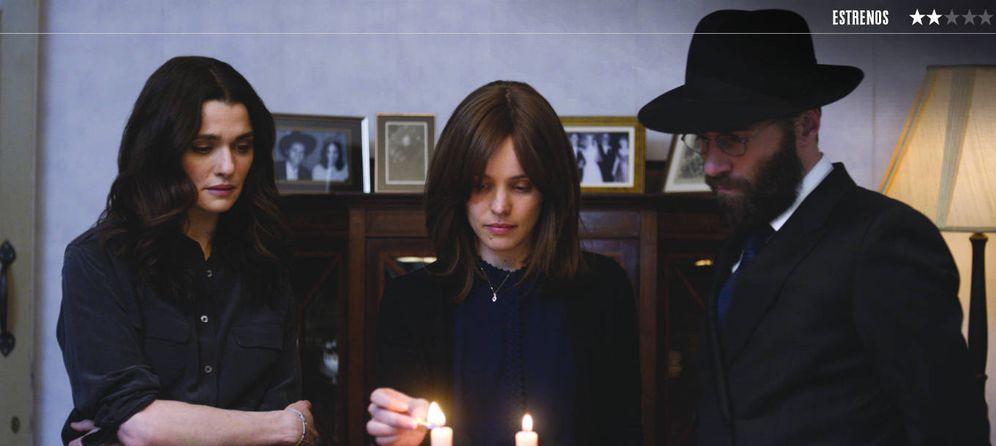 Foto: Rachel Weisz, Rachel McAdams y Alessandro Nivola, en 'Disobedience'. (Sony)