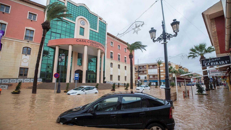 Varios coches atrapados por en el agua a causa de las fuertes lluvias caídas a finales de 2019 en Campo de Cartagena, Murcia (EFE)