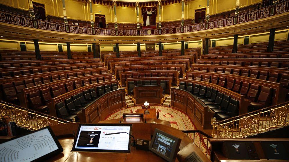 Foto:  Vista del hemiciclo vacío desde la mesa de la presidenta del Congreso. (EFE)