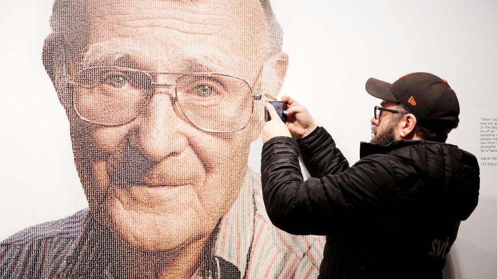 Foto: Un visitante del museo Ikea saca una foto de un mural con la imagen de su fundador. (Reuters)
