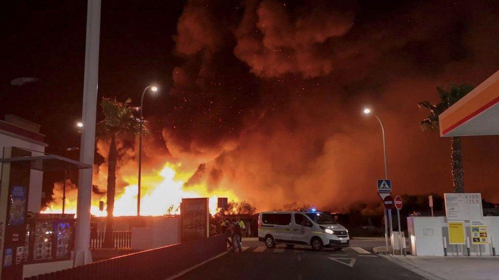 Evacuadas 145 personas de un poblado chabolista arrasado por un incendio en Lepe