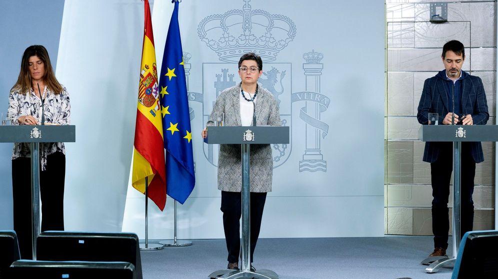 Foto: La ministra de Exteriores, Arancha González Laya (c), el director general de Españoles en el Exterior y de Asuntos Consulares y Migratorios, Juan Duarte, y la secretaria de Cooperación, Ángeles Moreno. (EFE)