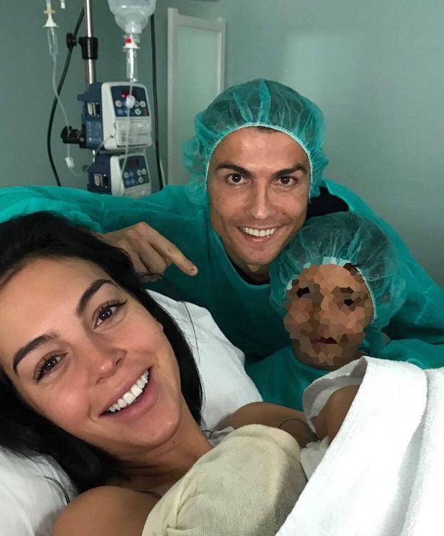 Foto: Georgina, Cristiano y Cristiano Junior junto al bebé.