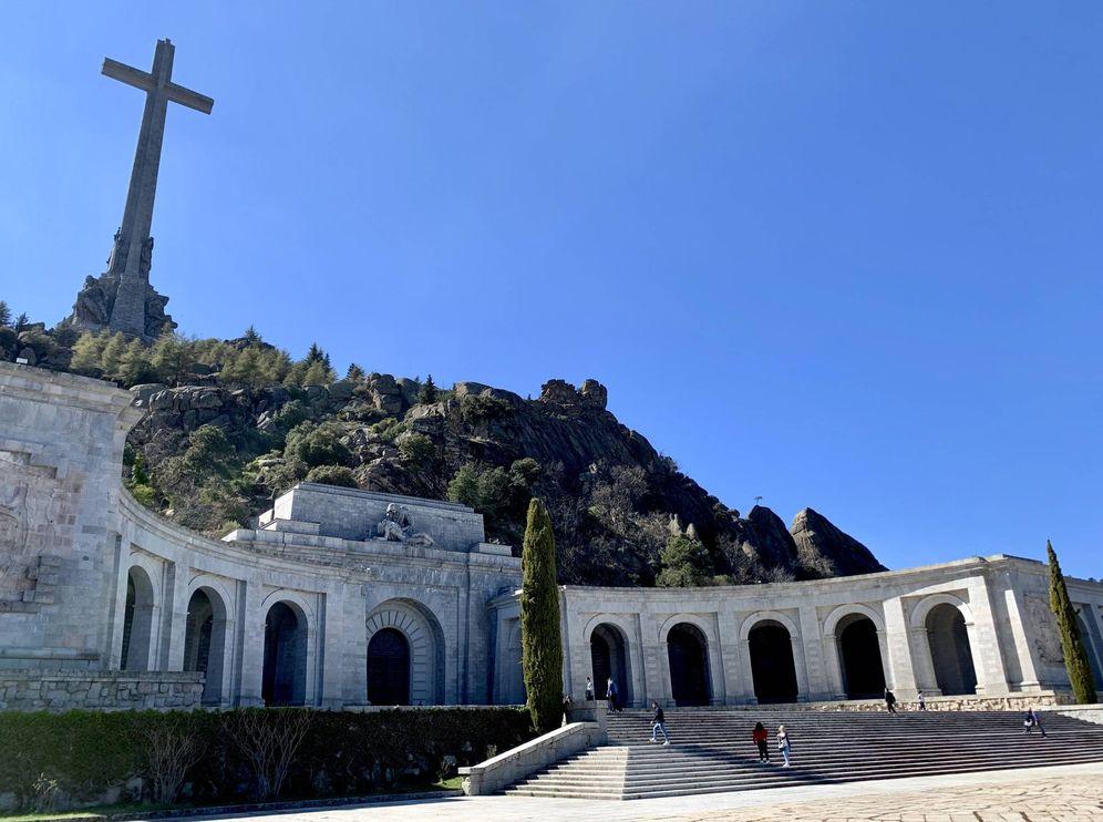 Foto: La explanada del Valle de los Caídos, con la imponente cruz y la basílica donde yace Francisco Franco, el pasado 13 de abril. (J. R. | EC)