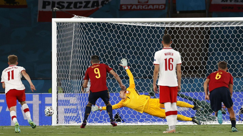 Moreno lanza el penalti. (Reuters)
