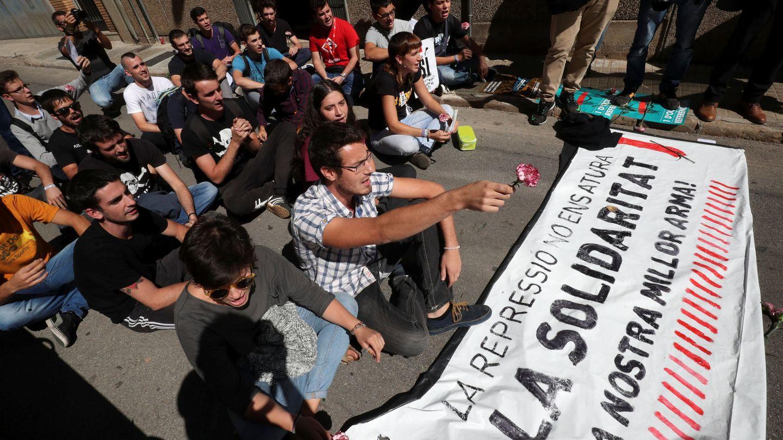Un grupo de personas frente a la sede de Unipost en Terrassa. (Reuters)