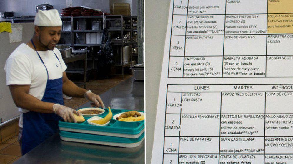 Foto: Un trabajador de la cocina en la cárcel de Estremera y parte del horario con el menú del día. (EC)