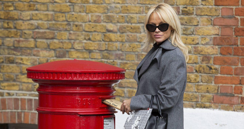 Las misteriosas visitas de Pamela Anderson a  Assange en Londres, ¿romance a la vista?