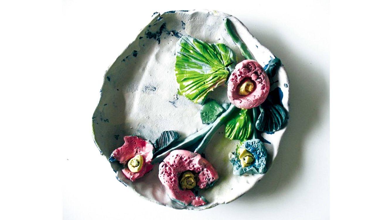 Foto: Plato de cerámica con decoración floral de Luis Salaberría.