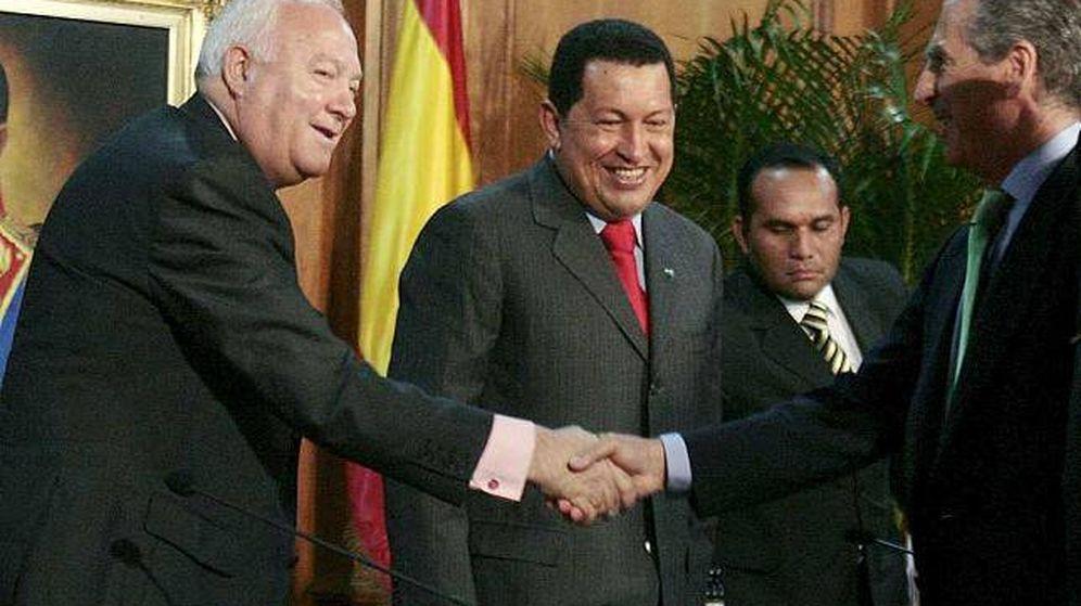 Foto: Miguel Ángel Moratinos saluda al entonces presidente de Iberinco y hoy embajador de España en París, Ramón de Miguel, en presencia de Hugo Chávez en Caracas en 2009. (EFE)