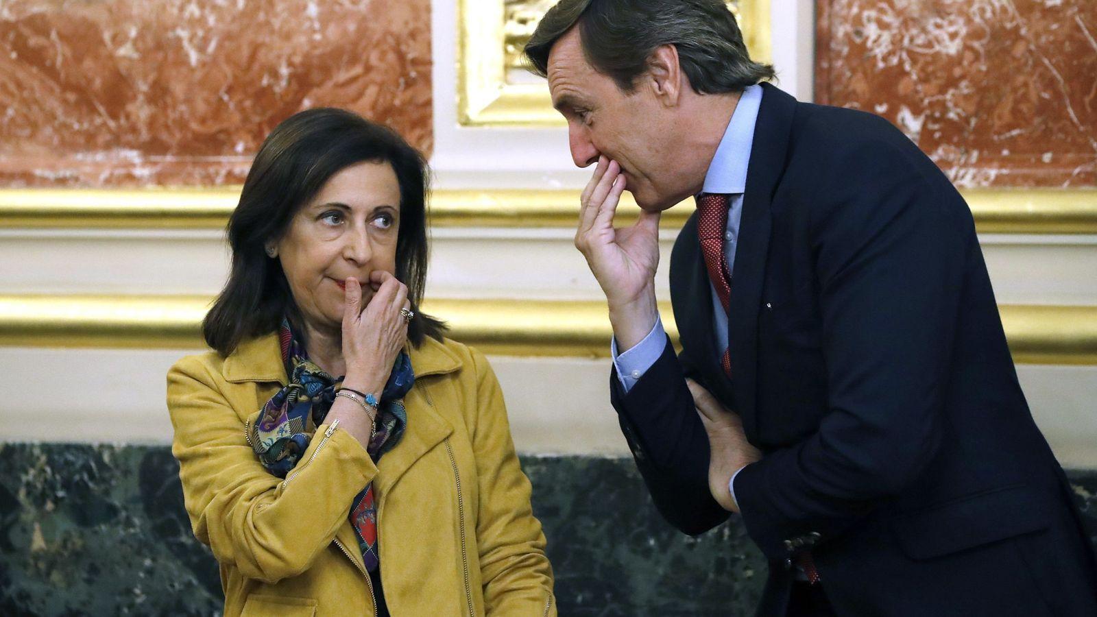 Foto: Los portavoces parlamentarios, del PSOE, Margarita Robles (i), y del PP, Rafael Hernando. (EFE)