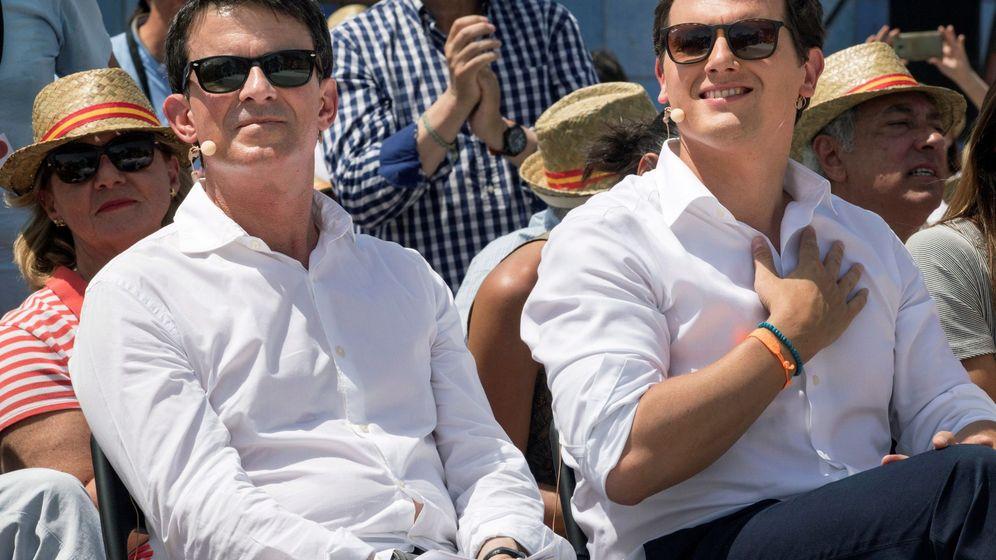Foto: El presidente de Ciudadanos, Albert Rivera, acompañado por el ex primer ministro francés, Manuel Valls. (EFE)