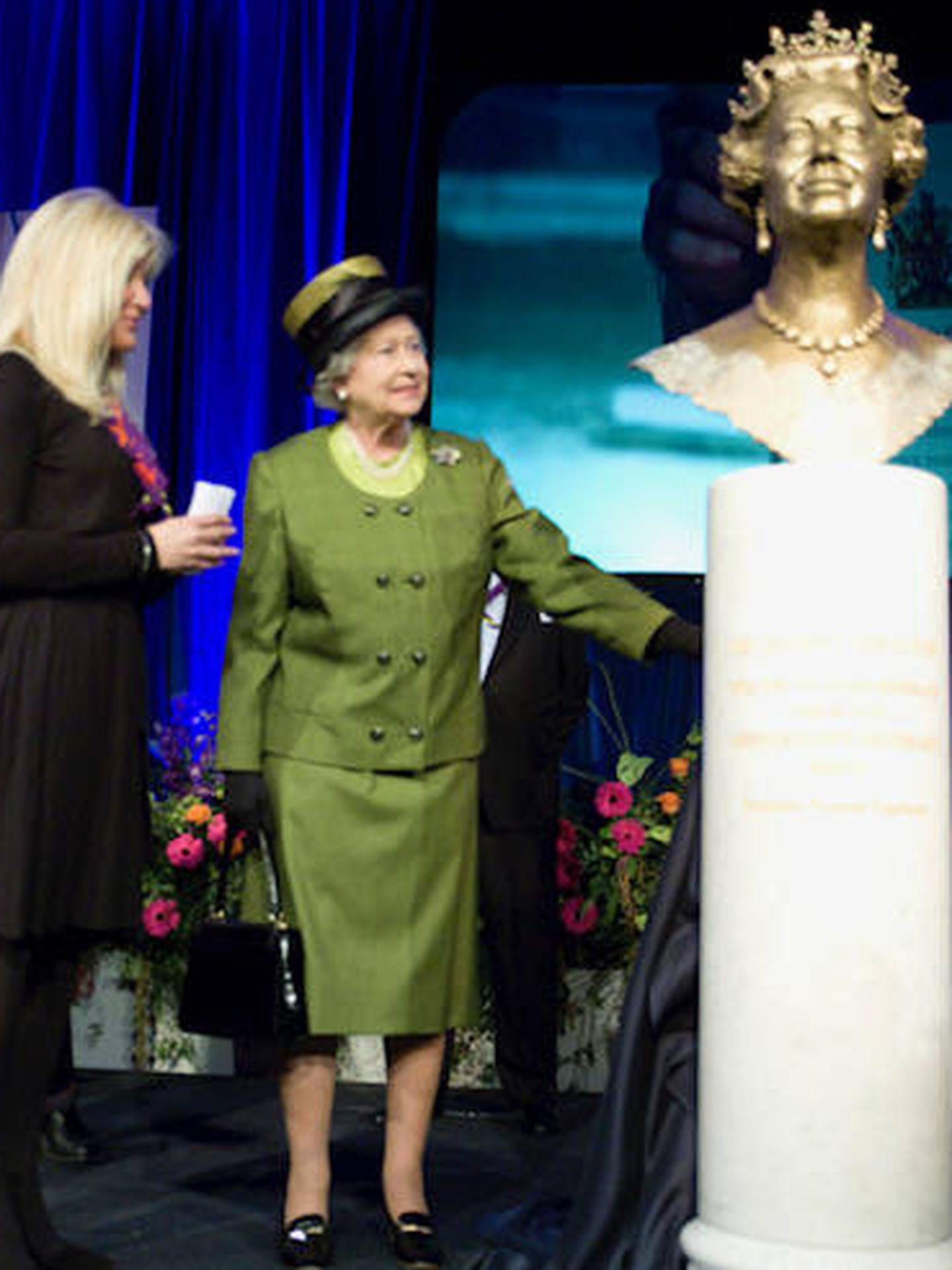 Frances Segelman, con Isabel II mostrándole la escultura de su busto. (Cortesía)