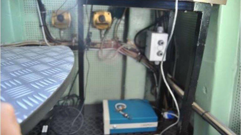 El medidor de ozono, situado en el suelo del Hespérides. (Cedida)