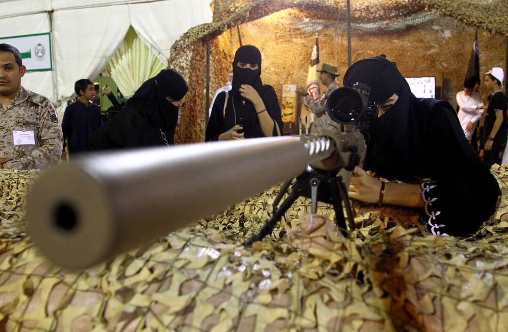 Foto: Una mujer prueba un arma en una feria en Abha, Arabia Saudí. (Reuters)