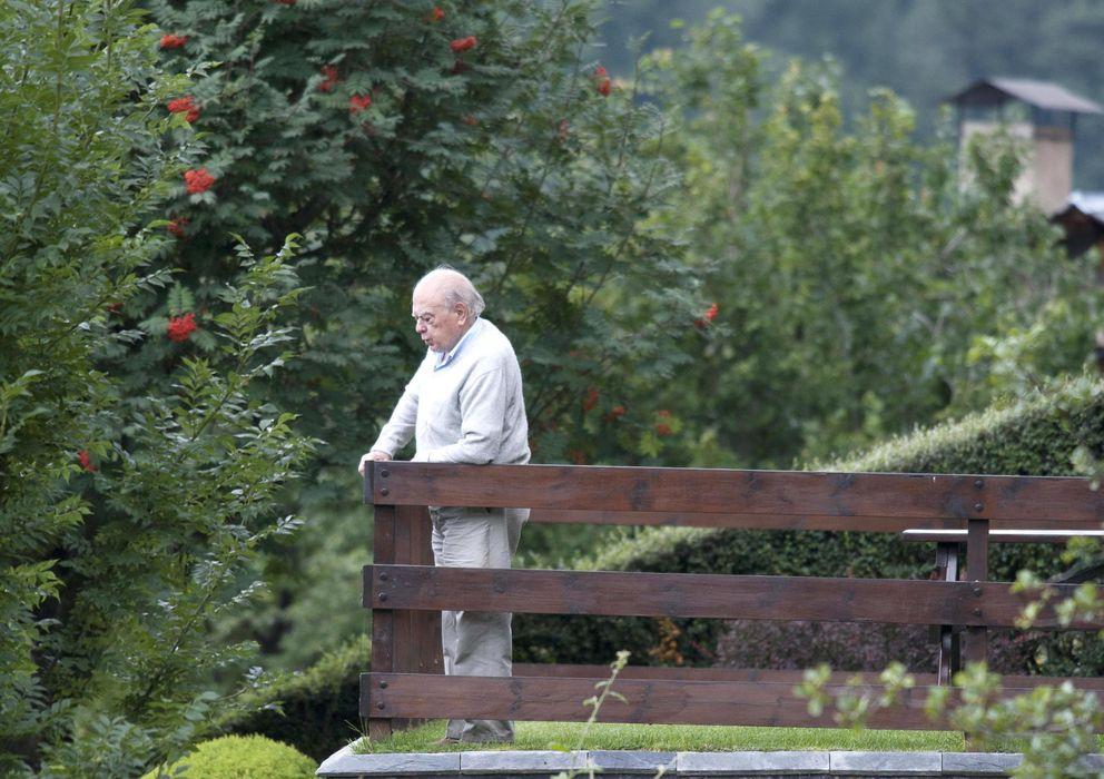 Foto: El expresidente de la Generalitat Jordi Pujol, en su residencia veraniega en Queralbs. (EFE)