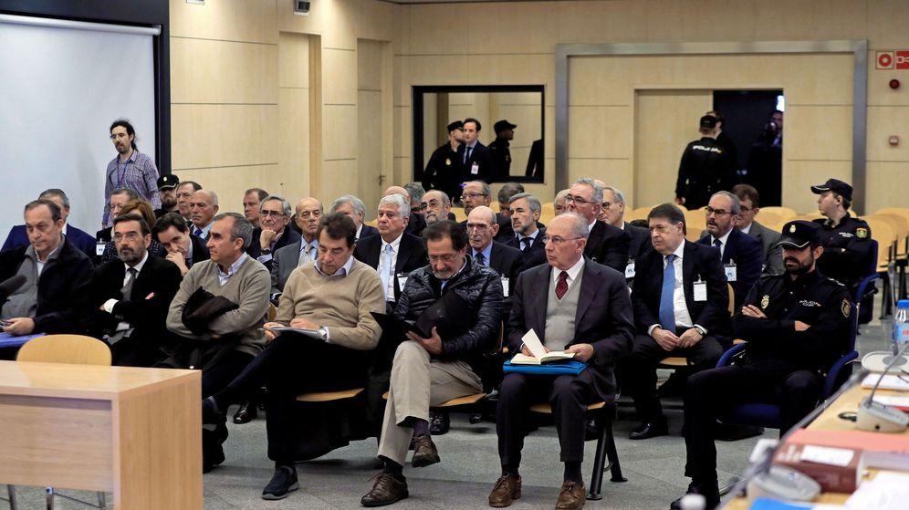 Foto: El expresidente de Bankia Rodrigo Rato junto al resto de acusados, durante la primera sesión del juicio por la salida a Bolsa de la entidad en 2011. (Reuters)