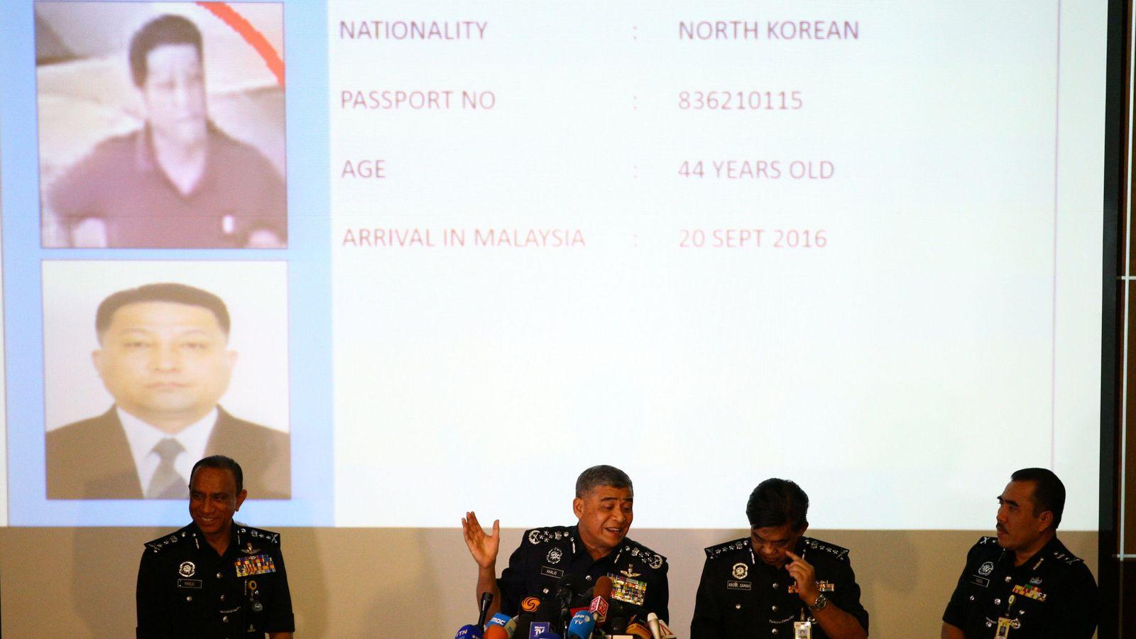 Foto: El jefe de policía Khalid Abu Bakar identifica a los dos sospechosos norcoreanos durante una rueda de prensa (Reuters)