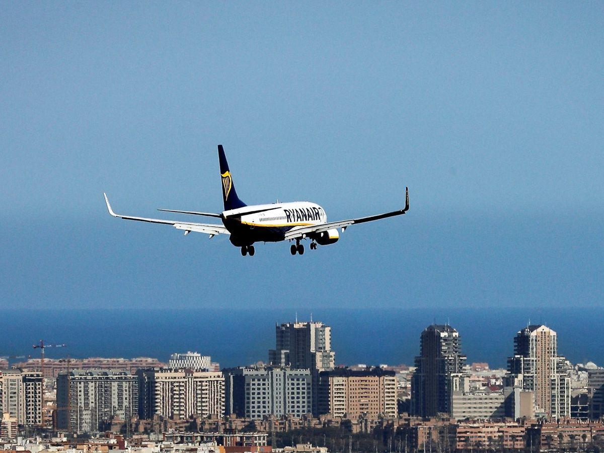 Foto: Un avión de la compañía Ryanair se aproxima al aeropuerto de Manises, Valencia. (EFE)